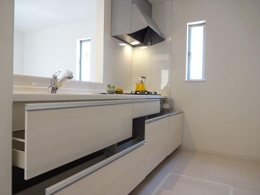 収納スペースもしっかりあり、床収納は普段使わない食器や食品のストックの場所として活躍しそうです