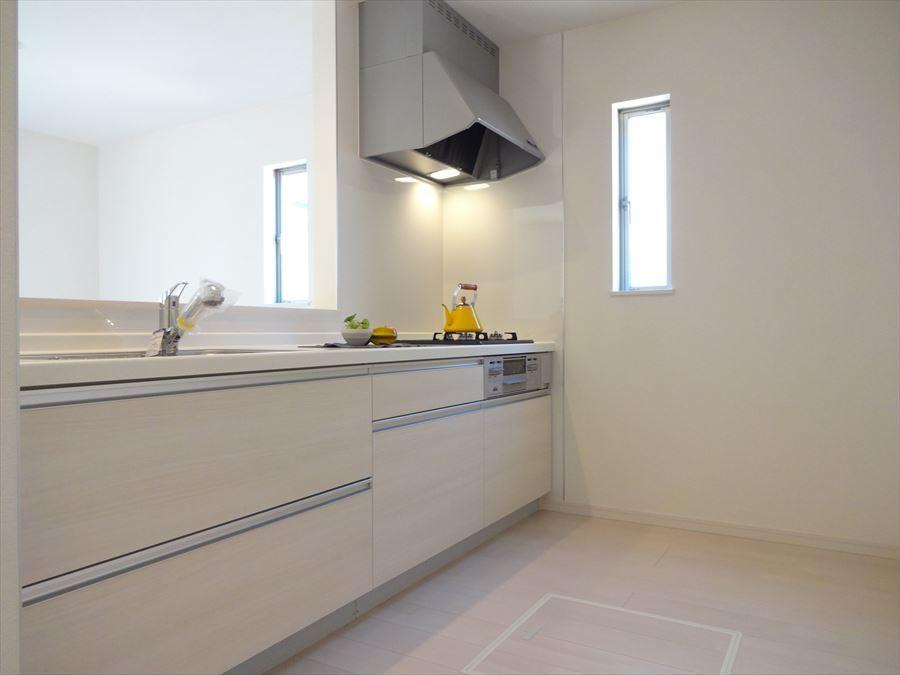 収納たっぷり♪キッチンパネルはお掃除しやすく使い勝手の良いシステムキッチンです。