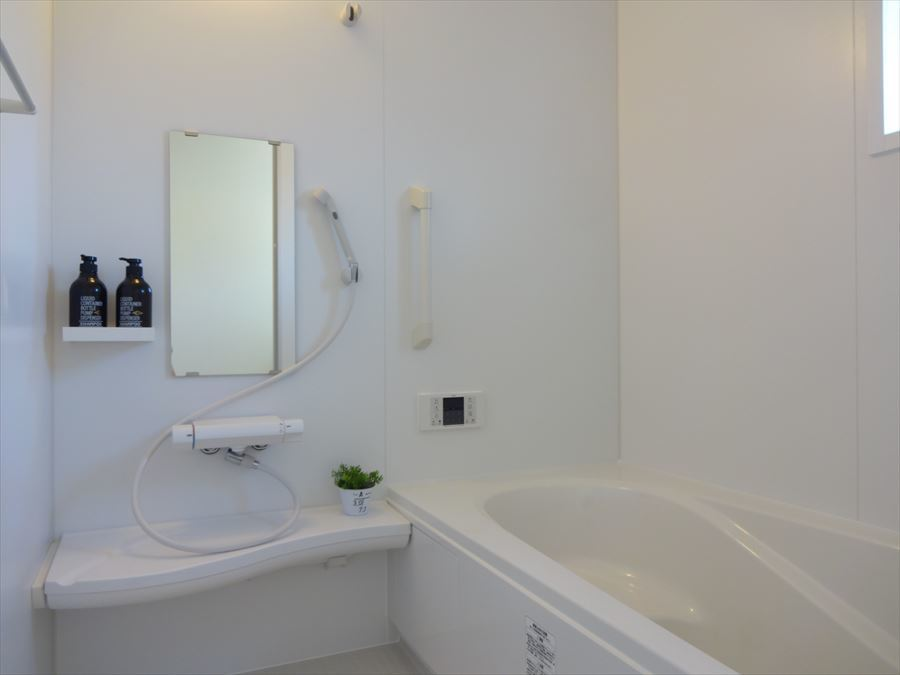 浴室にも窓から明かりが差し込み、浴槽に段差があるので、お子様が入るときも安心です。