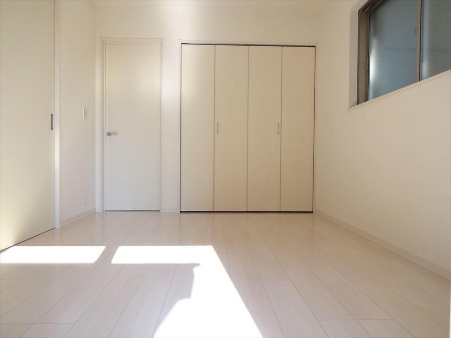 玄関から直接洋室に行けるスムーズな動線を確保。 急な来客にも対応出来ます♪ 客間としても家族みんなの寛ぎの部屋としても多目的にお使い頂けます。
