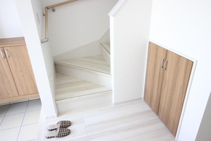 趣味のアイテムや活躍頻度の低いアイテムを収納しておくのにも便利な階段下収納つきです