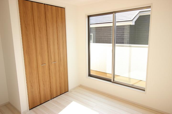 2階 6.25畳洋室  バルコニーに出入りができる居室です