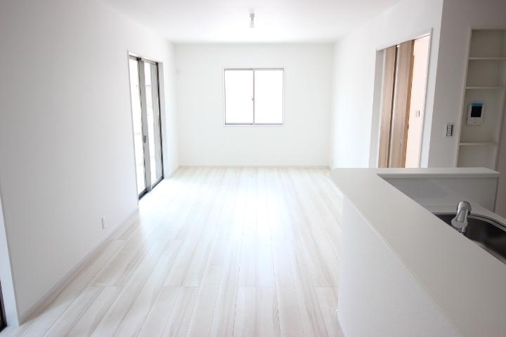 日当たりと風通しがよく、室内にいる事を忘れてしまいそうな空間です。のびのびできるリビングを体感してみてください
