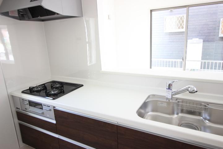 リビングが見渡せるキッチンは、使い勝手の良いシステムキッチンです