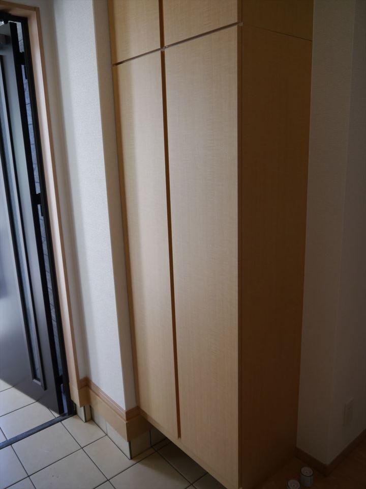縦にスッと伸びた玄関収納は家族分の靴をしっかり保管できます。一番下にある隙間にも靴を隠せちゃいます(^^)
