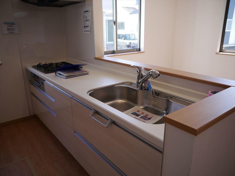 収納豊富なシステムキッチンで調理場所をスッキリ広く使用できます◎3口コンロでお料理の効率もアップします!
