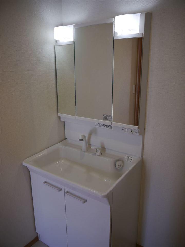 大きな鏡の付いた洗面台で、朝の慌しい時間帯も家族がそろってスムーズに行えます◎