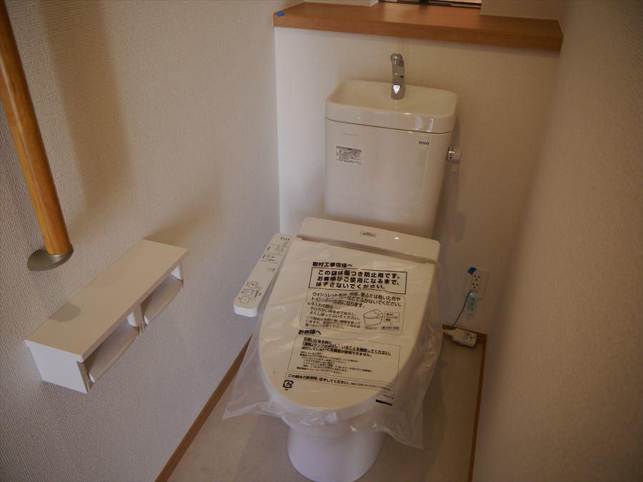 トイレには手すり付で安心・便利。小物など飾れる小さな棚もあるのでお気に入りの物を飾って落ち着ける個室に・・。