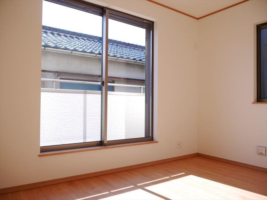 6.5帖の洋室には南面の大きな窓からたっぷりの光が注ぎこみます。バルコニーへ出ることもできるので、外へ出て爽やかな風を感じてみて下さい♪