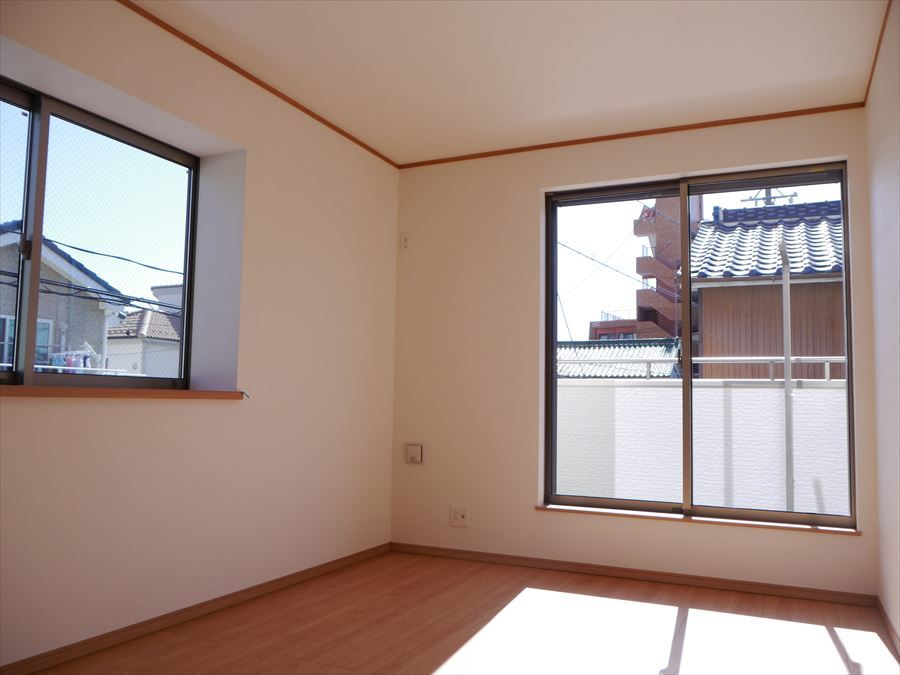 7.5帖の洋室は南側にあるので明るさも風通しもあります!出窓が付いているので、小物など飾るのも素敵ですね◎