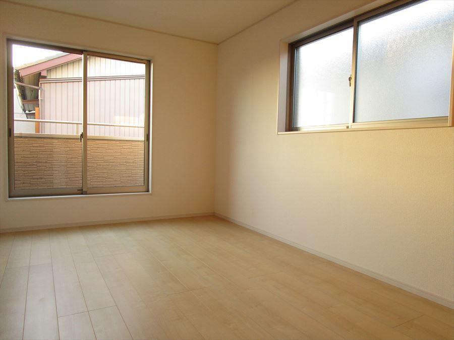 明るく、収納スペースも完備された洋室は、子供部屋としても寝室としてもお使いいただけます◎
