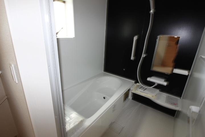 浴室 節水効果、半身浴も楽しめるエコベンチ浴槽を採用。