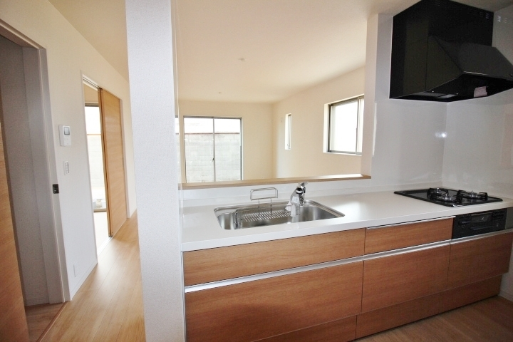 キッチン。 背面には、食器棚などを置いて頂けるスペースがあります。