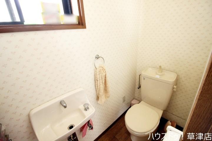 日々の使いやすさに配慮して、トイレには便利な手洗いカウンターを設置しました。