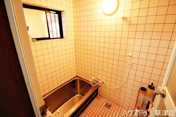 浴室には窓がついているので、熱気がこもりがちな浴室も換気ができるのでお掃除も楽々♪