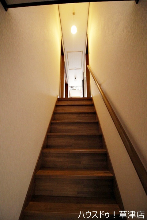 階段には手すりが付いています。お子様やお年寄りの方にも安心です。
