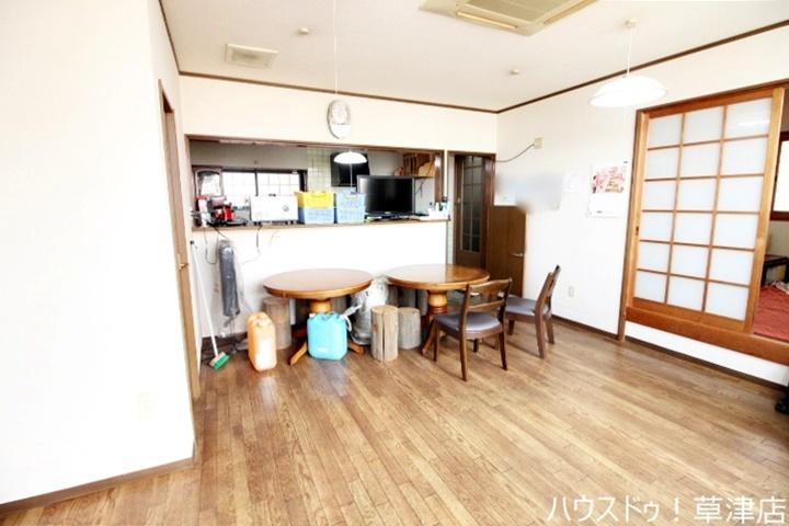 以前は喫茶店として利用されていました。隣には和室もございます♪