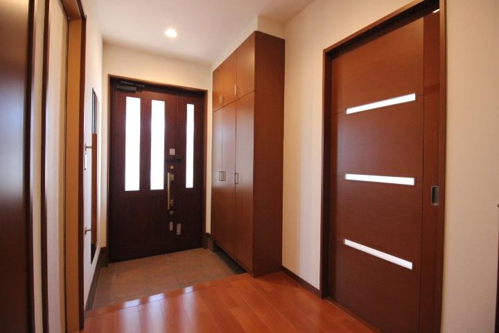 大きめのシューズボックスを使って玄関をスッキリ収納。