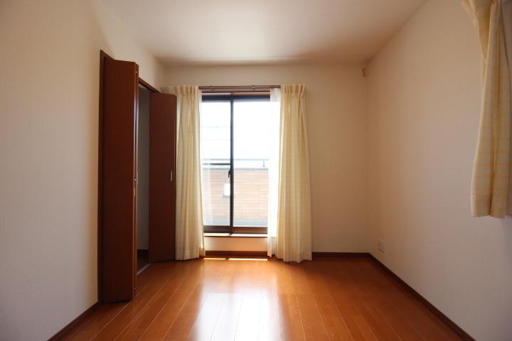 2階洋室。各部屋に収納がございます。