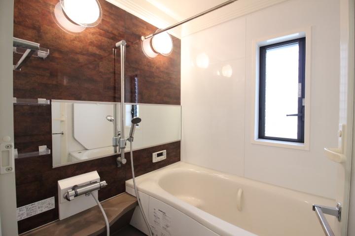 日々の疲れを癒す浴室は、機能的でお手入れの楽なシステムバスルーム。