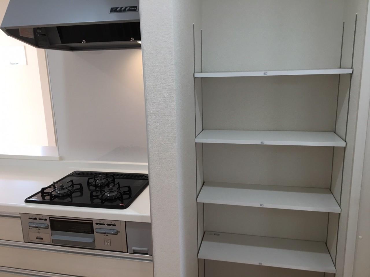 ▼キッチン横収納棚