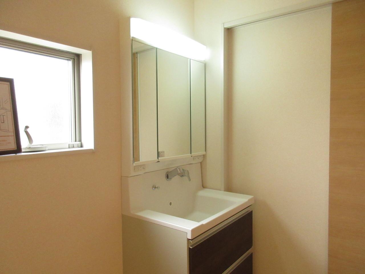 明るい洗面台は鏡が三面鏡になっていますので見えにくい場所も見えます◎収納スペースも十分ございます◆