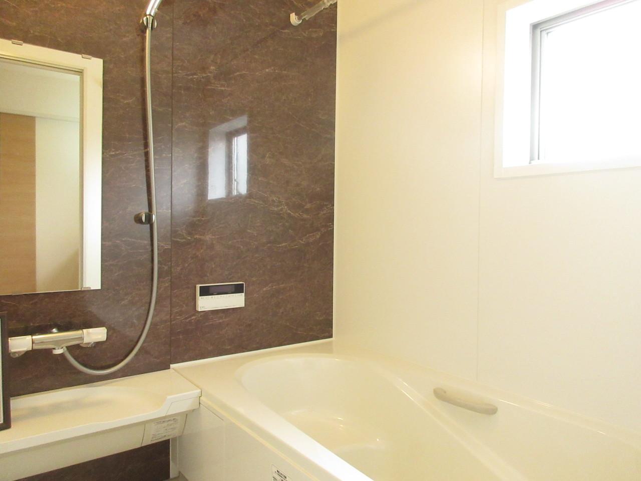 スタイリッシュな壁で大人な落ち着いた雰囲気の浴室です。リラックスできるバスタイムになりそうです(^^)