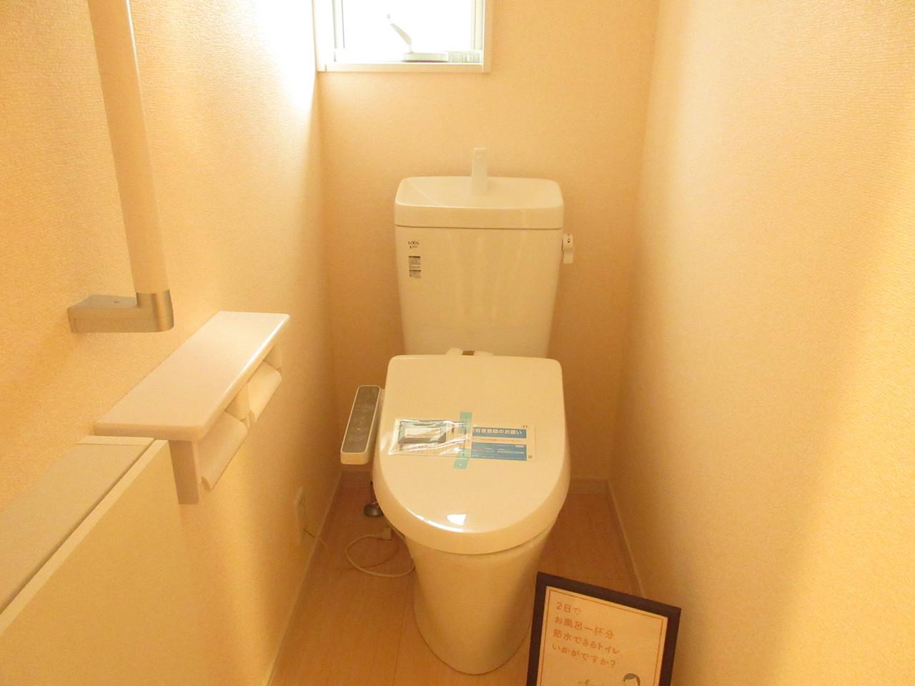 トイレには小窓がついていますので換気にも◎清潔感のあるトイレです♪