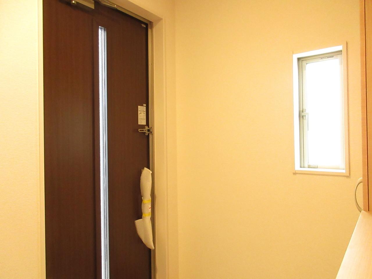 玄関には小窓がついていますので明るい空間になります♪落ち着いた木目の玄関がお洒落ですね(^^)