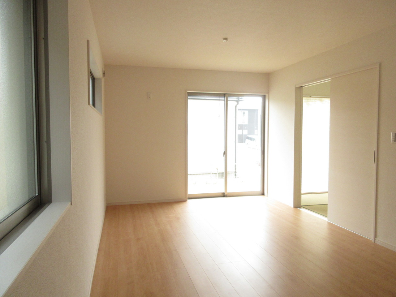 17帖以上のLDK。窓も多く明るい光が差し込みます♪和室とも繋がっており、扉を開けると広々とした空間になります◎