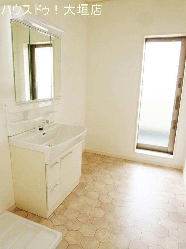 洗面所からバルコニーへ。家事の時短が叶うお家です。