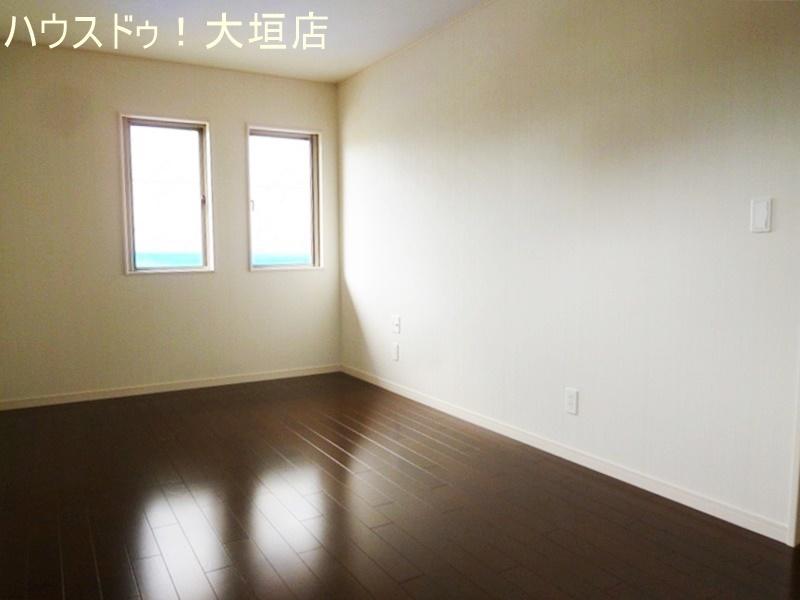 1階洋室。明るい室内です。