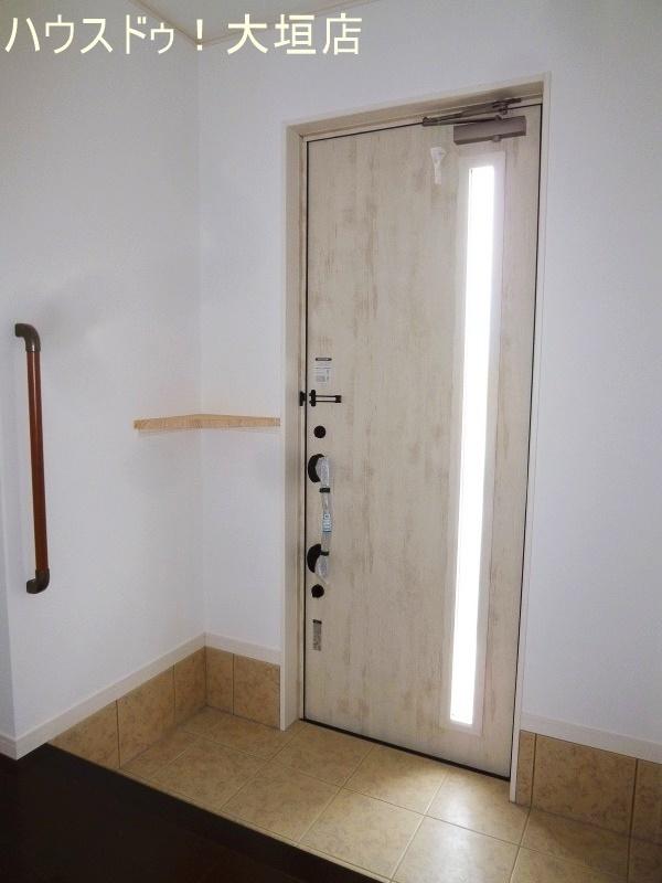 光が差し込み明るい玄関まわり。
