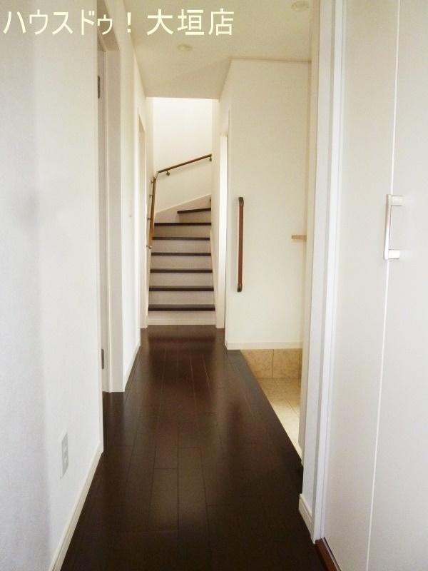 玄関上がりに収納があるので、お子様の支度のスペースなどにも活用できますね。