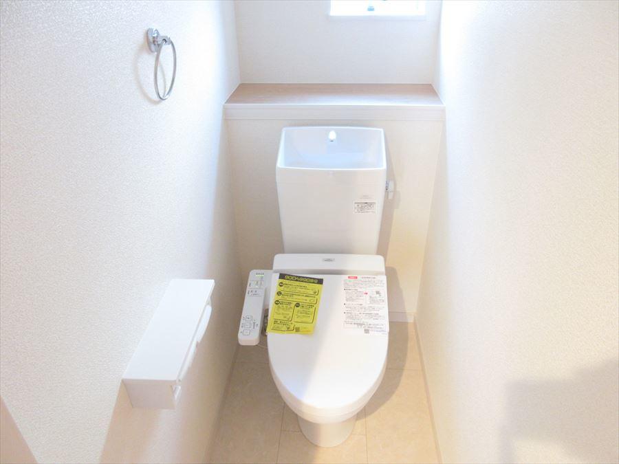 小窓付きの明るいトイレ。清潔感がありますね(^^)