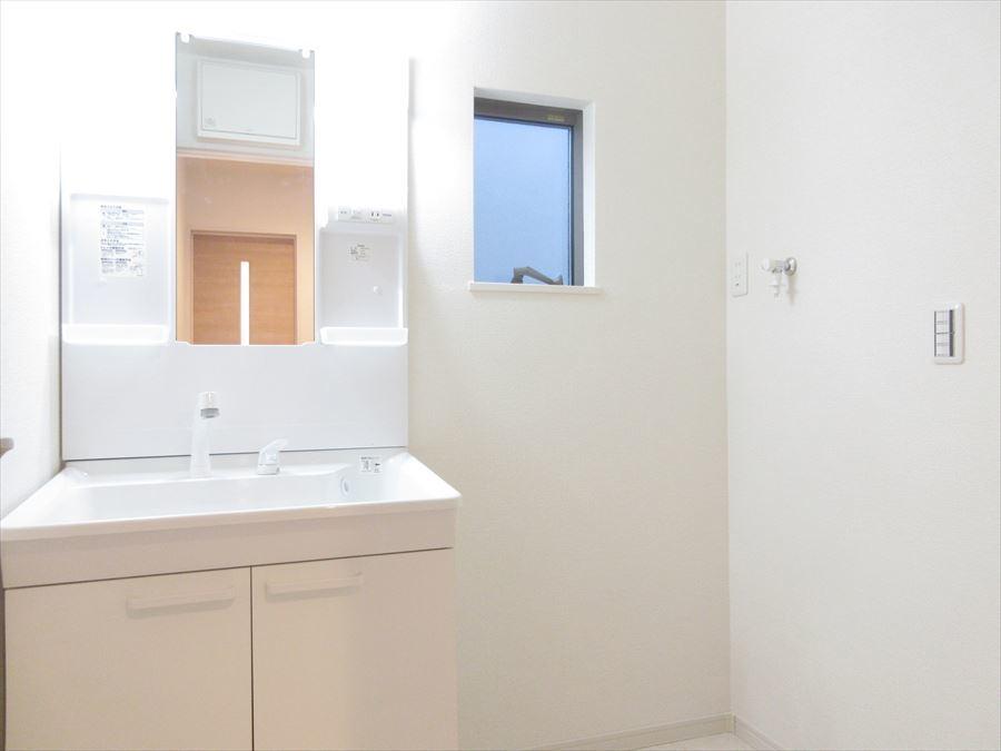 明るく収納力もある洗面台は機能性抜群!小窓もあるので換気もできますね◎