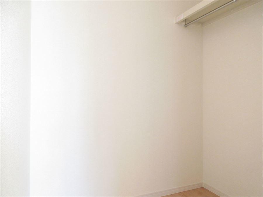 2階8.25帖の洋室にはウォークインクローゼットが♪大事なお洋服を掛けて収納しておけます◎