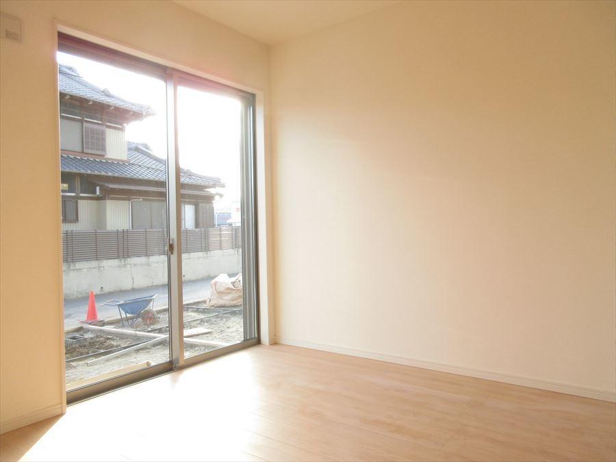 1階4.5帖の洋室は玄関からもリビングからも入れる造りに。客間としても利用できます♪