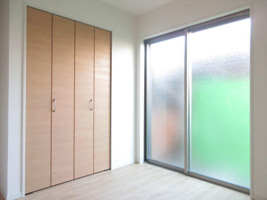 1階の納戸スペース。納戸表記ですが十分なスペースで一つのお部屋としてお使いいただけます◎