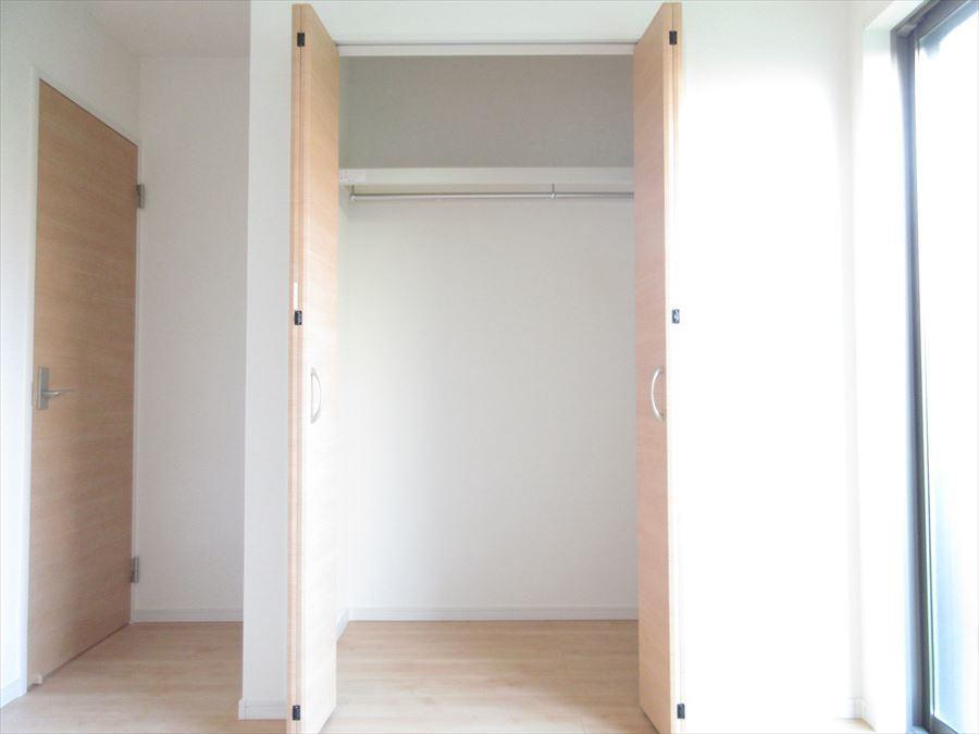 各居室に収納スペースがあり収納力抜群!隠すものは隠す、見せるものは見せるでメリハリのあるお家に♪
