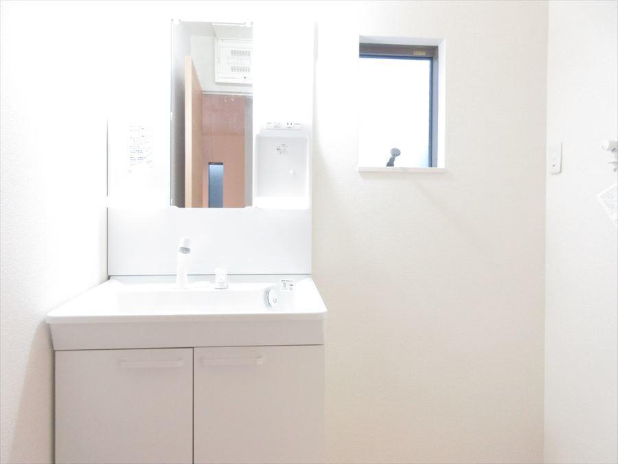 明るい洗面台でとっても使いやすくなっています♪小窓も付いており換気もできますね(^^)