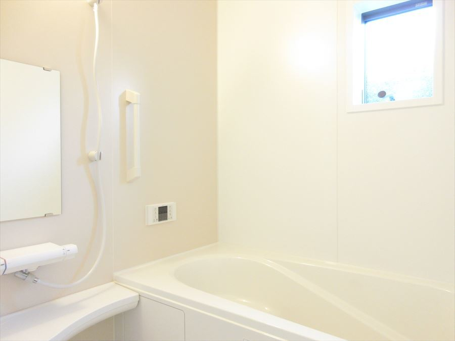 手すり付きの浴室で優しい造りに。小窓付きで換気にも◎です♪