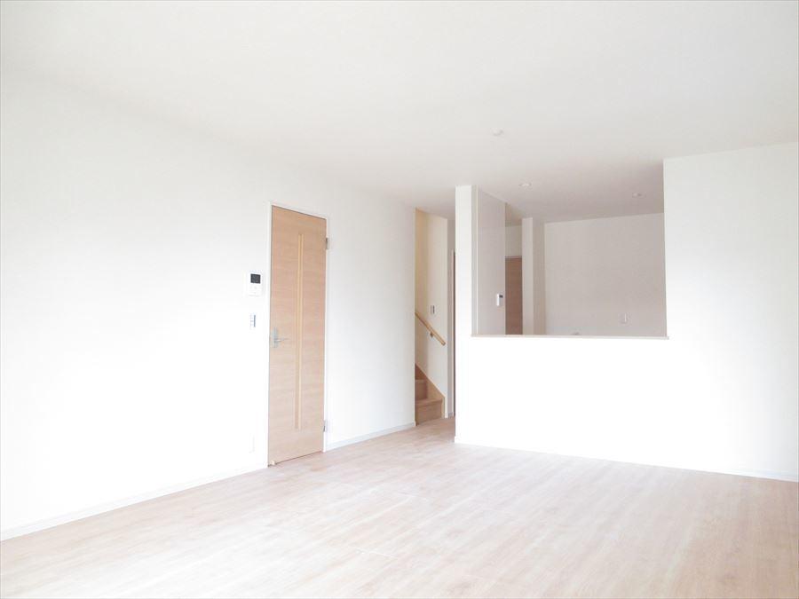 ホワイトの壁と床の木目が落ち着きます♪家族団欒の場所になります(^^)