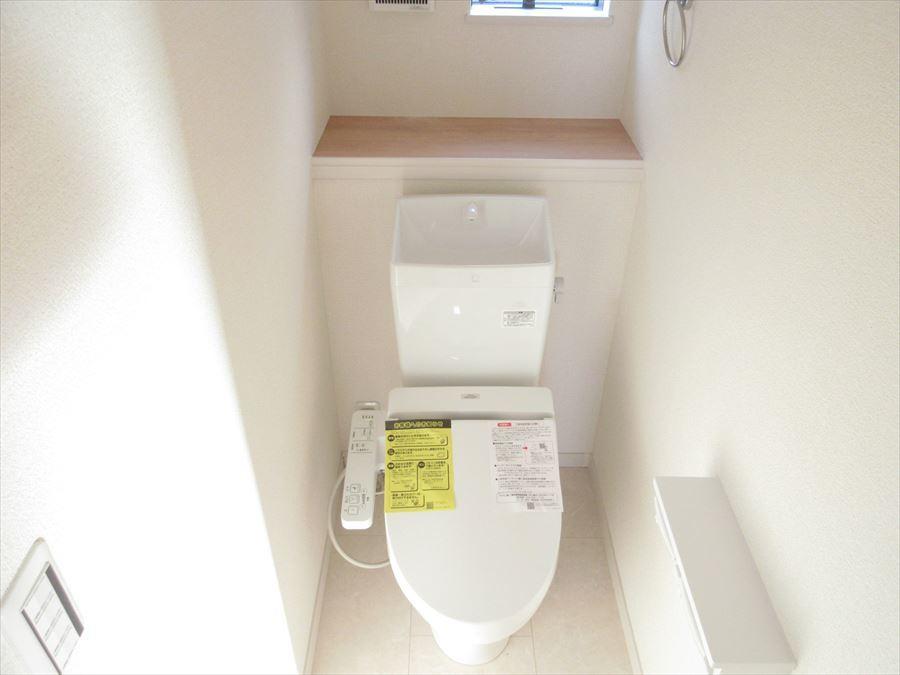 小窓付きで明るいトイレ。棚も付いていますのでお洒落な小物も置けちゃいます(^^)