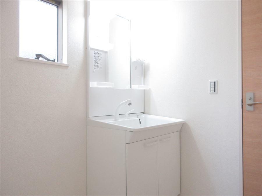 小窓のついた洗面所で明るく換気もできます◎洗面台も収納スペース十分で機能性抜群です!