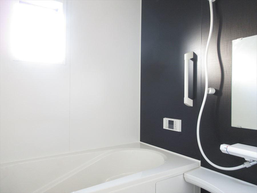 シックな雰囲気の浴室は落ち着いてリラックスしたバスタイムを過ごせそうです(^^)