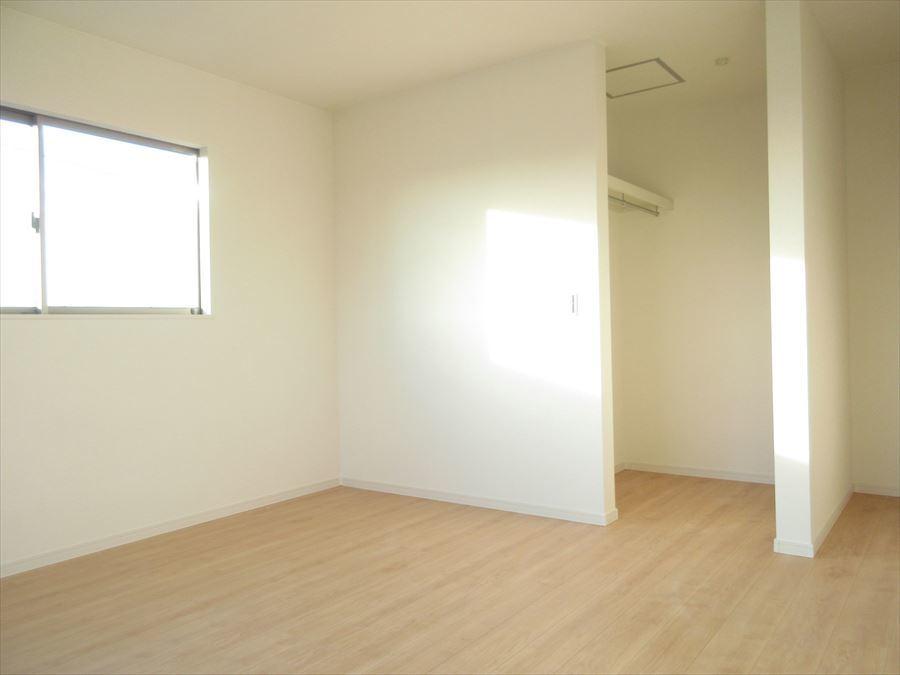 ウォークインクローゼットも含め落ち着いた雰囲気の洋室はインテリア次第でどんな部屋にも変わります♪