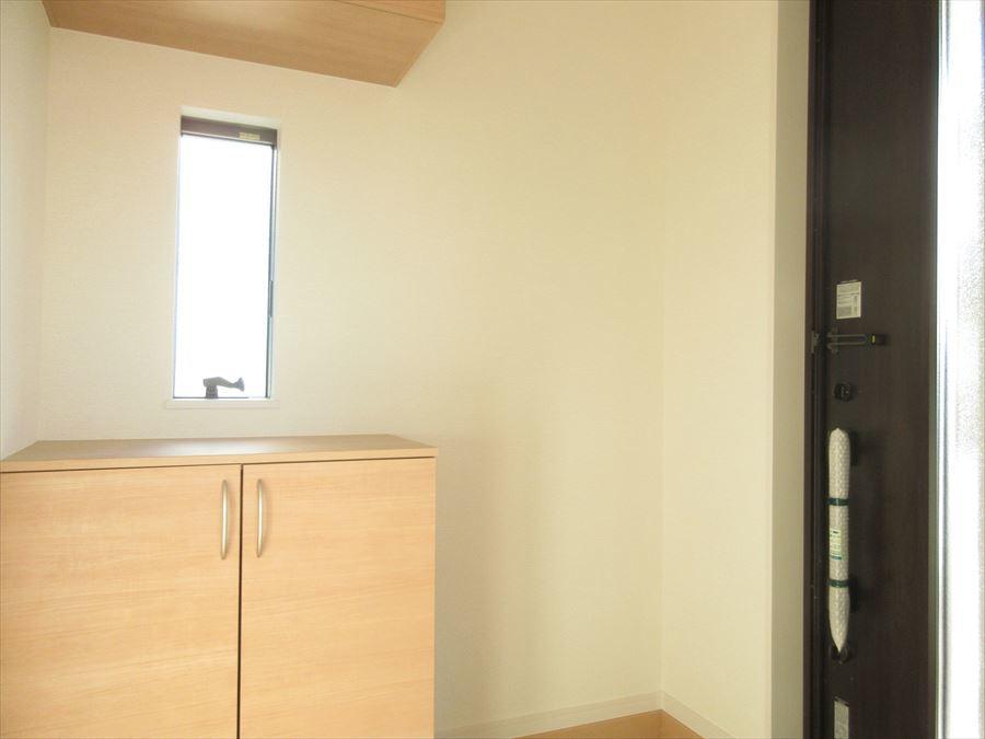 小窓の付いた明るい玄関。棚に季節のお花やウェルカムボードを飾ったらお洒落になりそうです♪