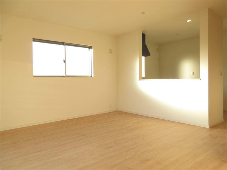 2面採光のリビングは明るく穏やかな時間が流れます◆家具の配置を考えるのも楽しいですよね(^^)