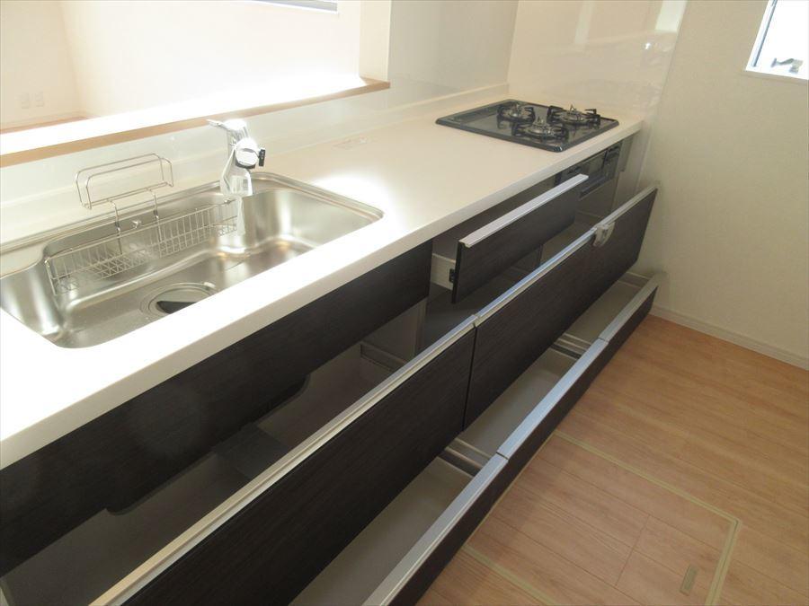 収納力抜群のキッチンスペース。シンクも広くお料理の時間が楽しくなりそうです♪